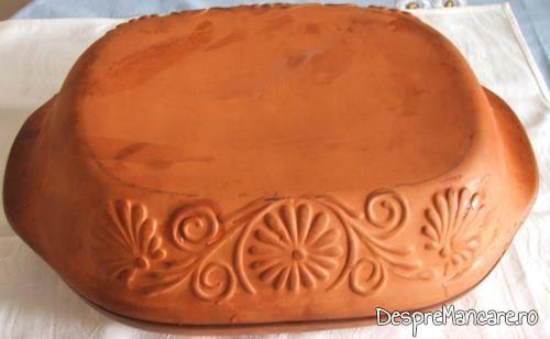 Vas roman, din ceramica, cu ingrediente in vas, acoperit cu capacul, gata pregatit pentru a fi introdus in cuptorul incins al aragazului, pentru ciotoaie de curcan cu legume, in vasul roman.
