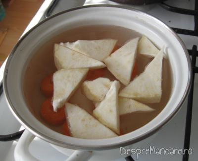 Legumele calite se fierb in apa clocotita pentru supa crema de legume cu crutoane si cascaval afumat..
