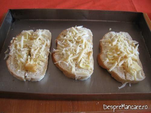 Pregatirea crutoanelor pentru supa crema de legume cu crutoane si cascaval afumat.