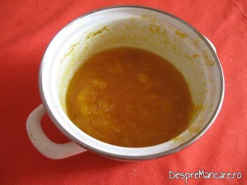 In supa crema de legume cu crutoane si cascaval afumat se poate adauga suc de rosii facut in toamna sau suc de rosii proaspat.