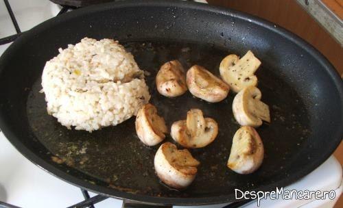 Prajire ciuperci si incalzire pilaf de orez, in amestecul de unt proaspat si ulei de masline, pentru biban cu ciuperci si legume, la tigaie, cu garnitura de orez.