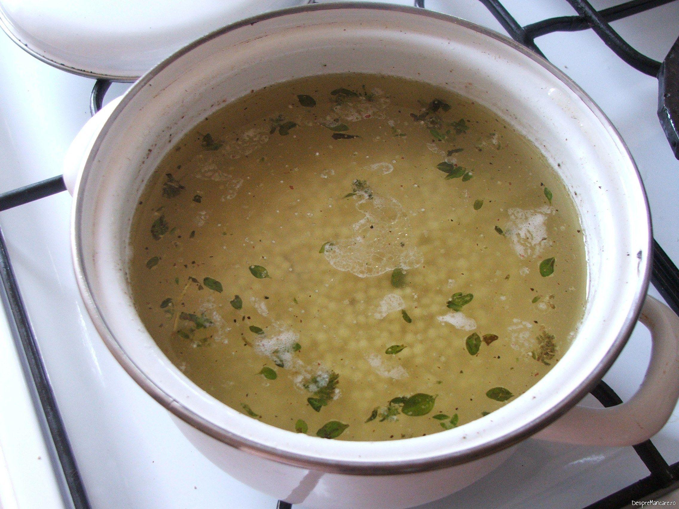 Cus-cus pus la umflat,in apa fierbinte, pentru ceafa de porc la tigaie cu cus-cus si mazare.