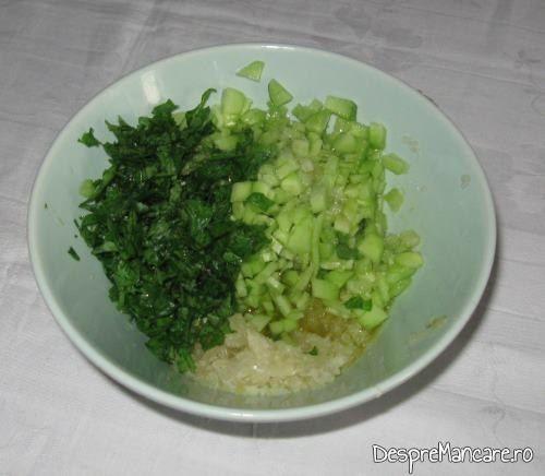 Ingrediente tocate pentru sosul cu care se servesc chiftelutele de legume, la cuptor.