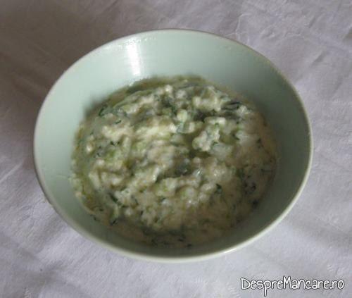 Sosul cu care se servesc chiftelutele din legume, la cuptor.