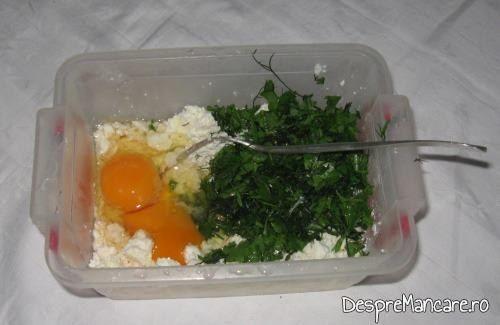 Branza de vaca si branza de oaie, oua si verdeata, putina smantana, ingrediente pentru chiftelute din legume, la cuptor.