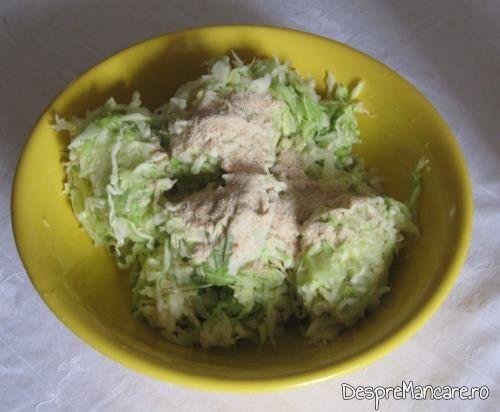 Varza tocata lasata cu sare grunjoasa o jumatate de ora, se stoarce si se face gramajoare pentru chiftelute din legume, la cuptor.