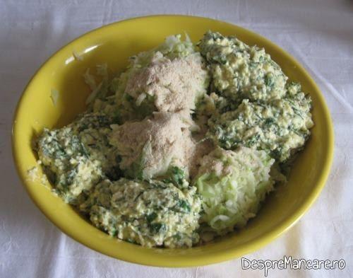 Varza tocata stoarsa, branza, ouale, pesmetul si verdeata pregatite pentru a fi amestecate, pentru preparare chiftelute din legume, la cuptor.