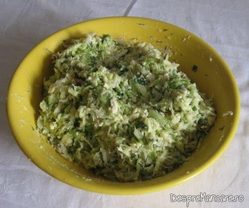 Amestecul de varza, branza, oua, verdeata si pesmet pregatit pentru a se forma chiftelute, care sa se puna la cuptor.