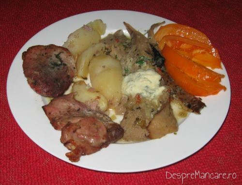 Preparatul final rezultat in urma experiemntului culinar cu ciuperci, prezent langa spata de porc cu cartofi, la cuptor.