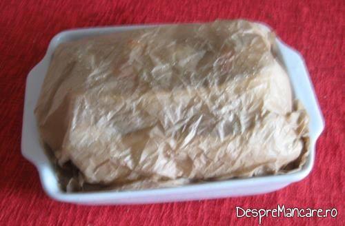 Vasul din ceramica plin cu fasii de ciuperca si celelalte ingrediente pentru experimentul meu culinar, acoperit cu hartie de copt umezita.