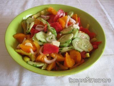 Salata de rosii si castraveti pentru ceafa de porc la tigaie cu cus-cus si mazare.