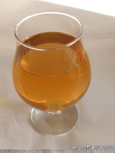 Un pahar din vinul casei din smochine servit la biban cu ciuperci si legume, la tigaie, cu garnitura de orez.