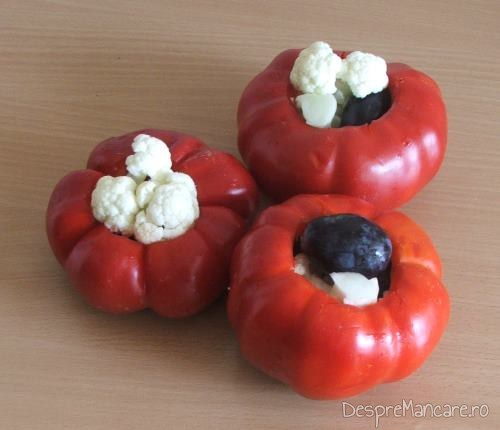 Gogosari carora li s-a scos cotorul si semintele, umpluti cu boabe de struguri si buchetele de conopida.