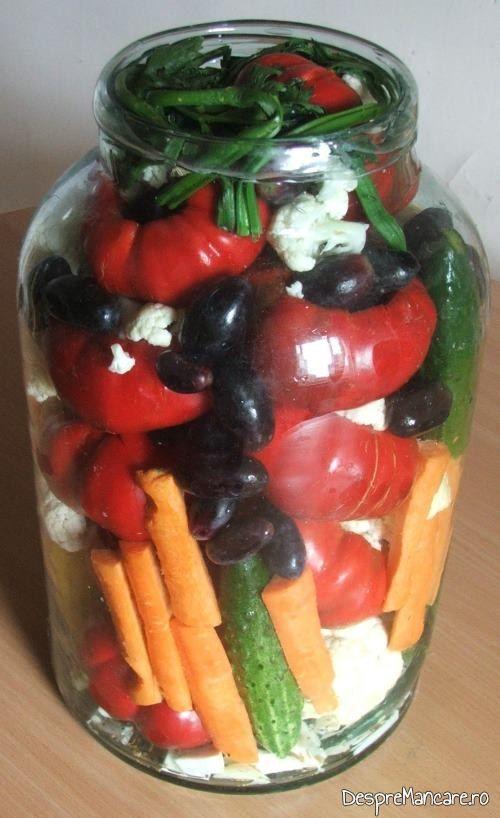 Ingrediente asezate in borcan pentru gogosari umpluti cu conopida si struguri.