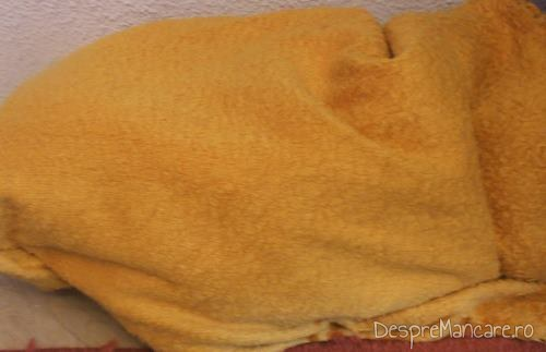 Racirea treptata a sticlelor cu suc din rosii galbene, invelite strans in paturi groase.