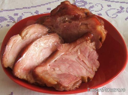 Delicatesa din ciolan de porc, afumat, fiert in zeama de varza.