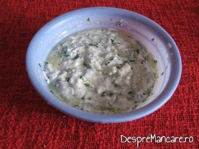 Mujdei de usturoi, cu iaurt, verdeata, ulei de masline pentru delicatesa din ciolan de porc, afumat, fiert in zeama de varza.