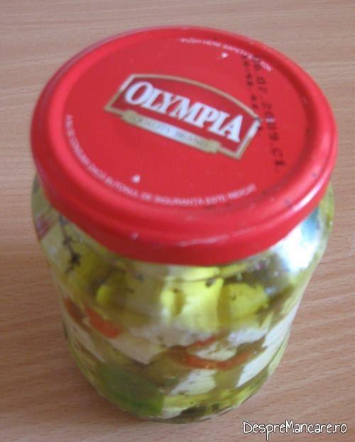 Telemea de oaie conservata in ulei de masline extravirgin, servita ca aperitiv.