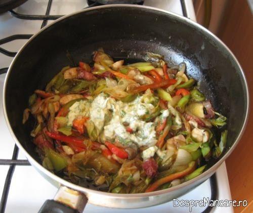 Smantana se adauga peste amestecul de ciuperci si legume calite, pentru biban prajit cu sos de praz, ciuperci si smantana.
