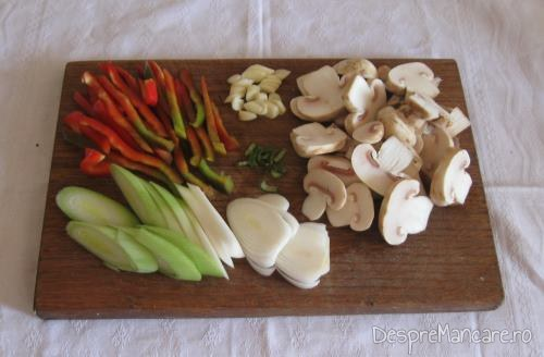 Ingrediente pentru garnitura la biban prajit cu sos de praz, ciuperci si smantana.