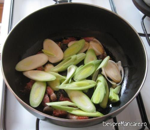 Se calesc in grasimea de la costita afumata, feliile de praz, ardeiul iute, ardeiul gras si usturoiul pentru biban prajit cu sos de praz, ciuperci si smantana.