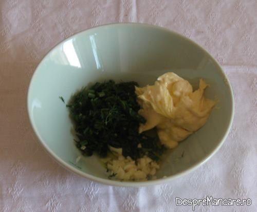 Ingredientele care se amesteca pentru a se pregati mujdeiul la biban prajit cu sos de praz, ciuperci si smantana.