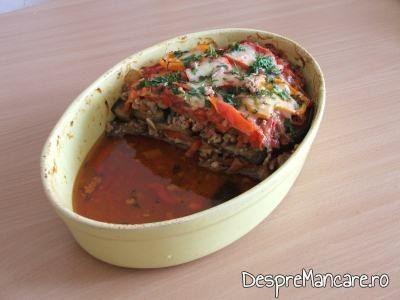 Musaca de vinete proaspat preparata si portionata, inainte de a fi servita la masa.