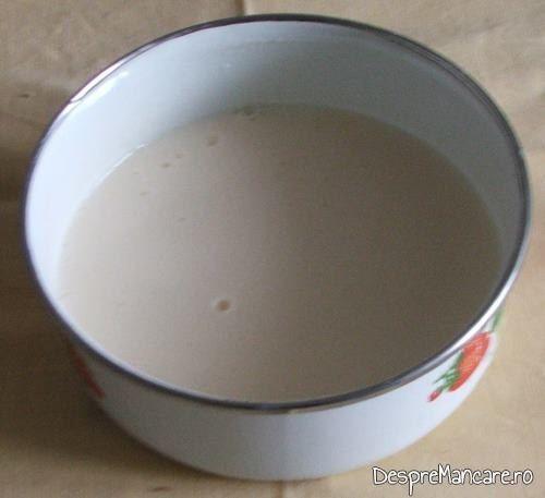 Lapte dulce amestecat cu smantana grasa pentru paste caneloni umplute cu branza.