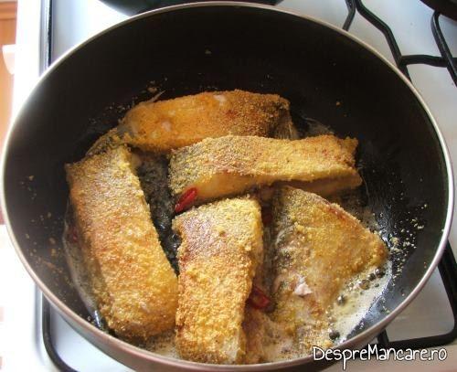 Bucatile de platica, date prin malai, care se prajesc, pentru trunchi de platica la tigaie cu legume si surimi.