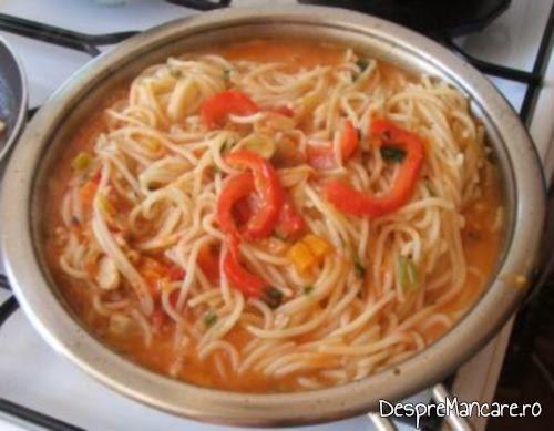 Pastele fainoase fierte adaugate in sosul de rosii pentru creveti cu paste fainoase si ciuperci in sos de rosii.