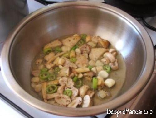 Usturoiul, ciupercile si ardeiul iute se unduiesc in amestecul de ulei de masline si unt proaspat, pentru creveti cu paste fainoase si ciuperci in sos de rosii.