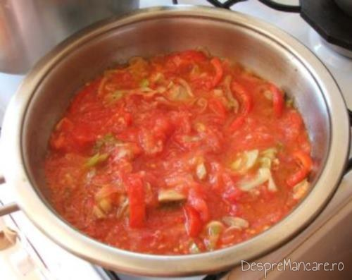 Legumele si ciupercile care se clocotesc in suc de rosii pentru creveti cu paste fainoase si ciuperci in sos de rosii.