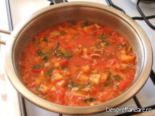 Sosul de rosii gata pregatit pentru creveti cu paste fainoase si ciuperci in sos de rosii.