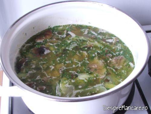 Marar verde tocat marunt adaugat peste amestecul de ciuperci, praz si cus-cus care a inceput sa fiarba, inaite de introducerea in cuptor.