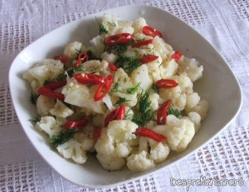 "Salata de conopida inmiresmata ""decorata""cu feliute de ardei iute."
