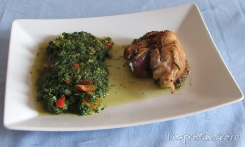 Rulada din fleica de porc cu sorici, la cuptor, servita cu mancare de spanac sau mancare de urzici.