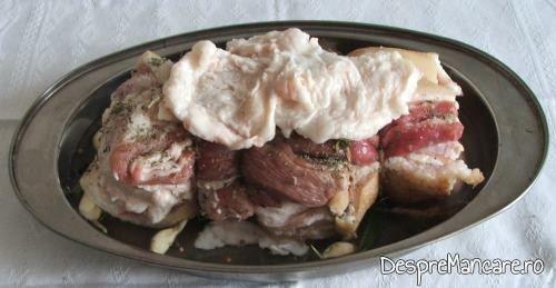 Pentru ca rulada din fleica de porc cu sorici, la cuptor, cu piure de morcovi si pastarnac, sa se coaca uniform si sa fie crocanta, se acopera pentru coacere cu felii de slanina cruda de porc.