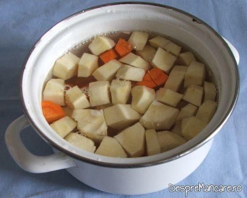 Felii de pastarnac si morcov puse la fiert in apa rece cu sare grunjoasa pentru rulada din fleica de porc cu sorici, la cuptor, cu piure de morcovi si pastarnac