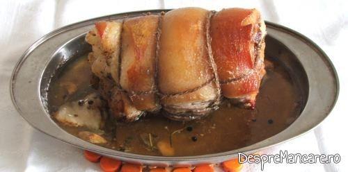 Rulada din fleica de porc cu sorici, la cuptor, este gata coapta.
