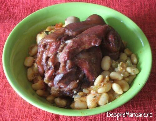 Iahnie de fasole boabe cu ciolan de porc, afumat, servita la ziua Romaniei 1 Decembrie