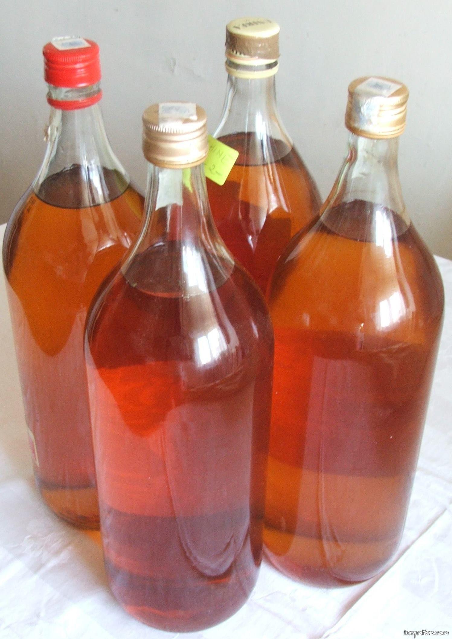 Vinul casei din smochine servit la muschiulet de porc cu ciuperci si legume la tigaie.
