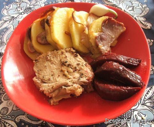 Cotlet de porc invelit in condimente, la cuptor, servit cu cartofi impanati, pregatiti in folie, la cuptor/ gratar si sfecla rosie, coapta.