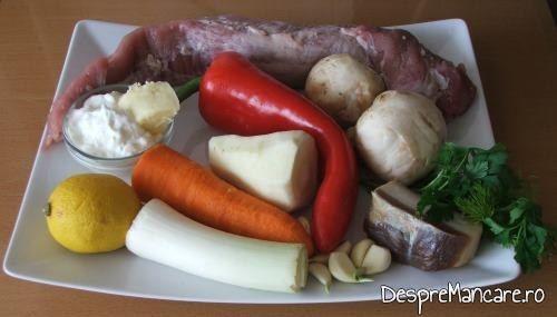 Ingrediente pentru muschiulet de porc cu ciuperci si legume la tigaie.