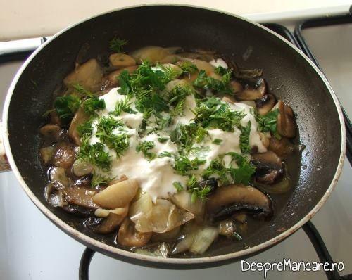 Adaugare smantana, unt, verdeata pe ciupercile si prazul calite pentru muschiulet de porc cu ciuperci si legume la tigaie.