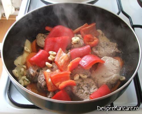 Ardei capia care se caleste impreuna cu radacinoasele si carnea pentru muschiulet de porc cu ciuperci si legume la tigaie.