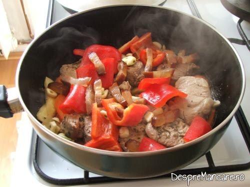Costita afumata prajita adaugata peste elgume si carne pentru muschiulet de porc cu ciuperci si legume la tigaie.