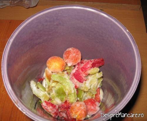 Legume congelate si ceapa  folosite pentru varza murata fiarta cu carne de berbec.