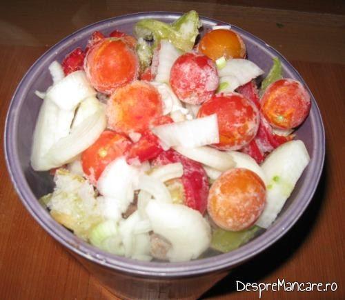 Varza murata asezata impreuna cu carnea de berbec si legumele in vasul de ceramica pentru coacere.