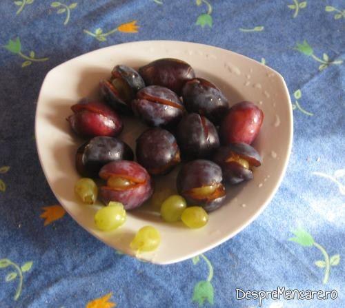 Prune si boabe de struguri, fara samburi, pentru galuste cu prune.