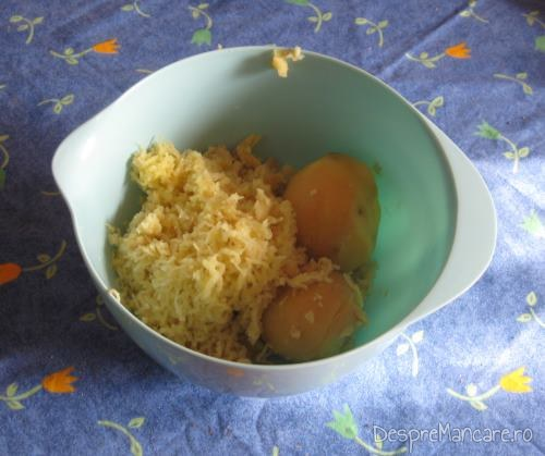 Cartofi fierti dati pe razatoare si oua de gaina pentru galuste cu prune.